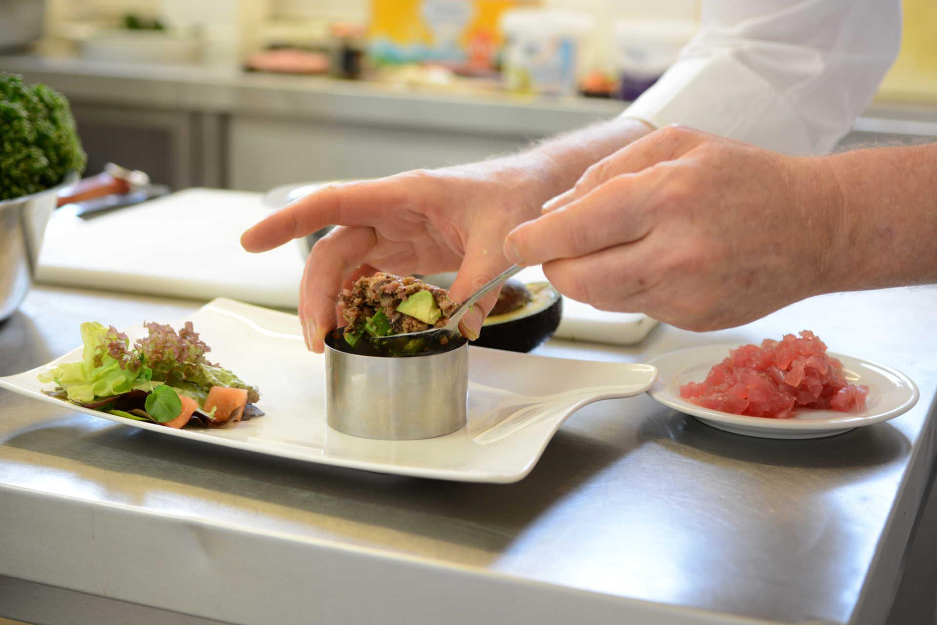 Anrichten der Speisen in der Küche
