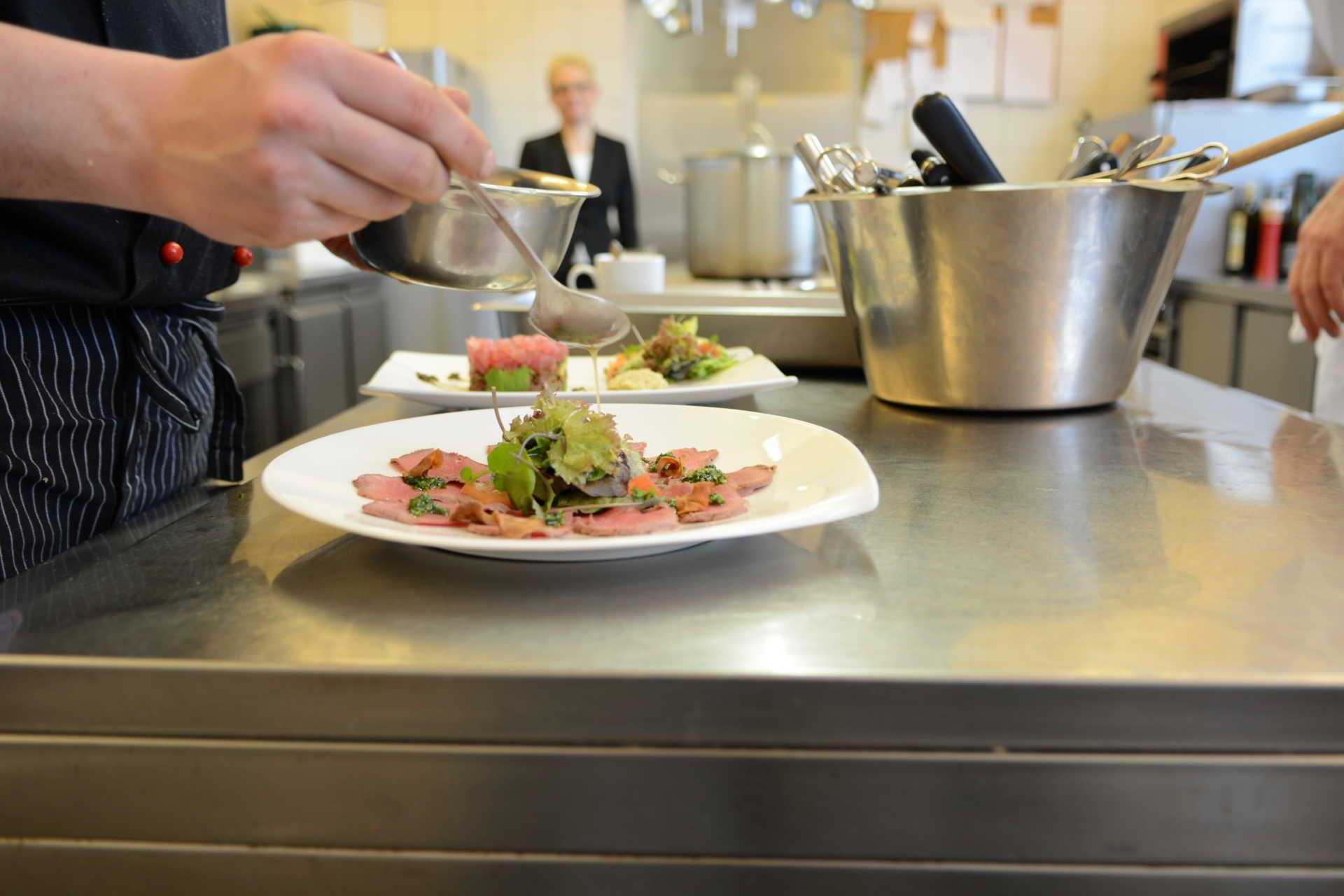 Anrichten der Gerichte in der Küche