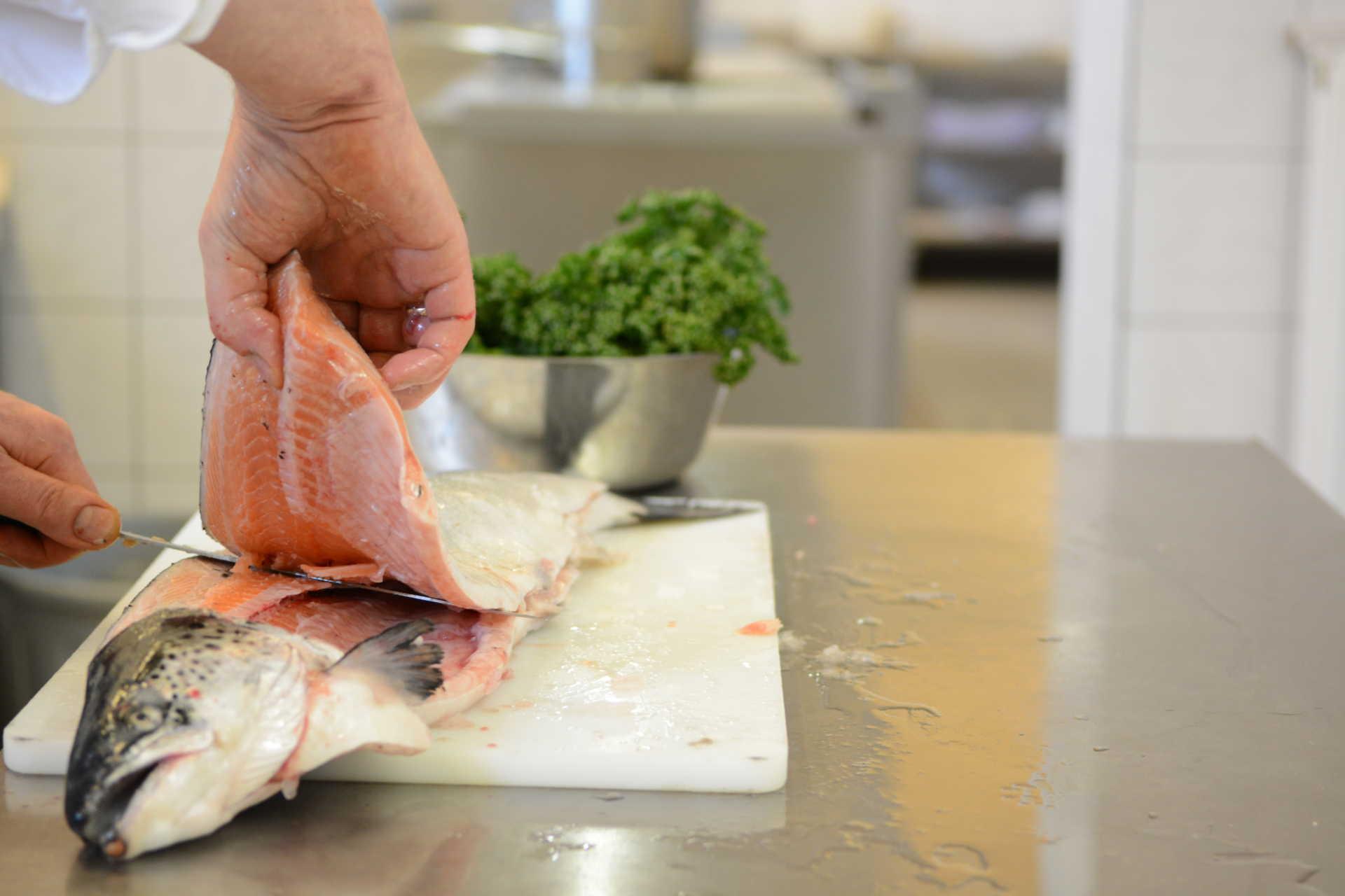 Verarbeitung von frischem Fisch im Restaurant Beesten